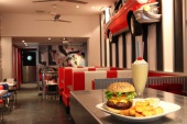 55afb3df56bcb-big-j-s-burger-aribau.jpg